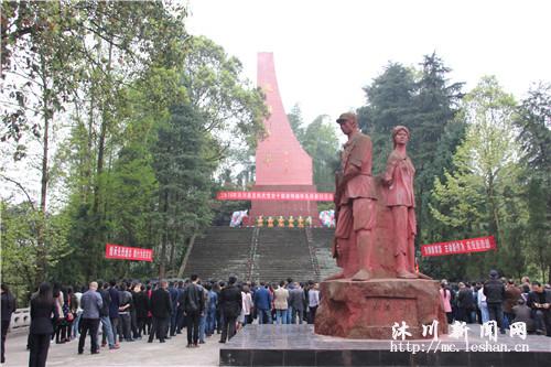 000干部群众烈士陵园祭英烈